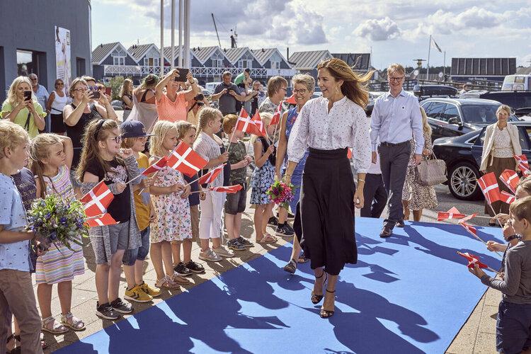 La princesa heredera Mary de Dinamarca visita el acuario marino Kattegatcentret
