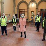 La duquesa de Cornualles visita el centro comunitario de vacunación en la iglesia de St Paul