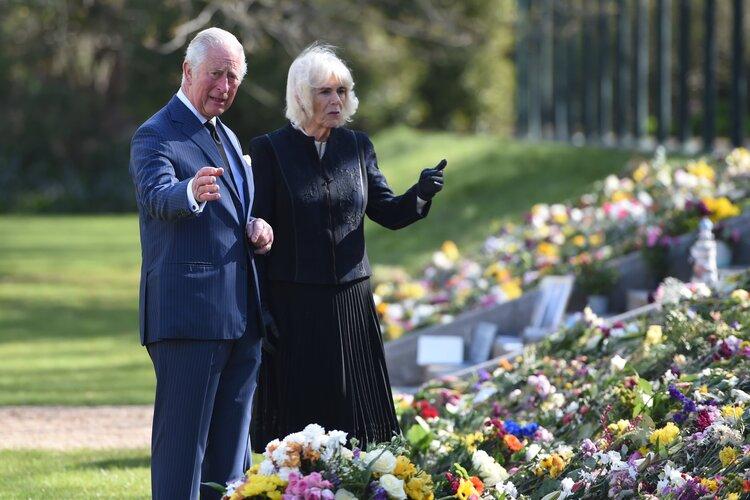 El Príncipe de Gales y la Duquesa de Cornualles Ver tributos florales al Príncipe Felipe