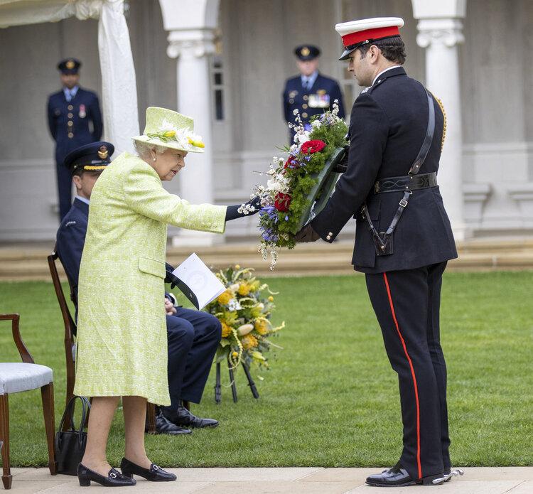 La reina Isabel II visita el Monumento a la Real Fuerza Aérea Australiana