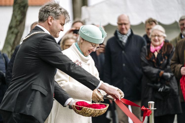 La reina Margarita II de Dinamarca inaugura una escultura en Fredensborg