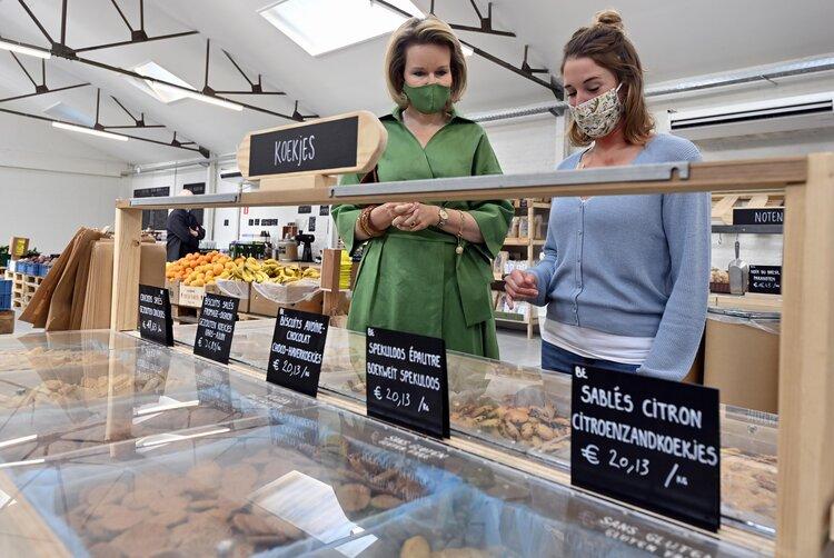 La reina Matilde de Bélgica visita Barn Bio Market en Jette