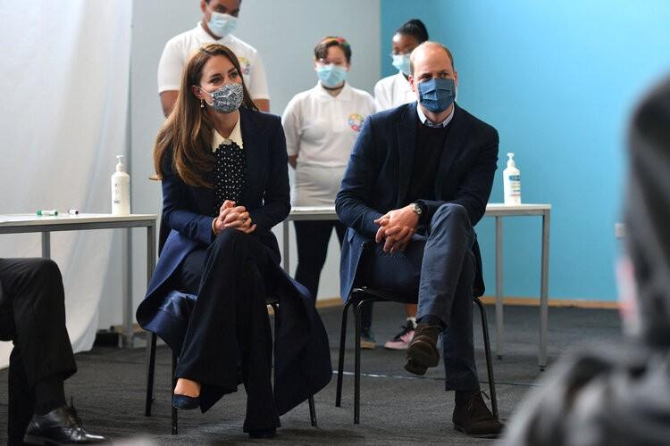 El duque y la duquesa participan en una sesión de salud mental y bienestar durante una visita a The Way Youth Zone.