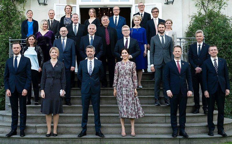 (Primera fila de izquierda a derecha) El canciller lituano Gabrielius Landsbergis, la canciller estonia Eva-Maria Liimets, el príncipe heredero Frederik y la princesa heredera Mary de Dinamarca, el canciller danés Jeppe Kofod y el canciller letón Edgars Rinkevics.